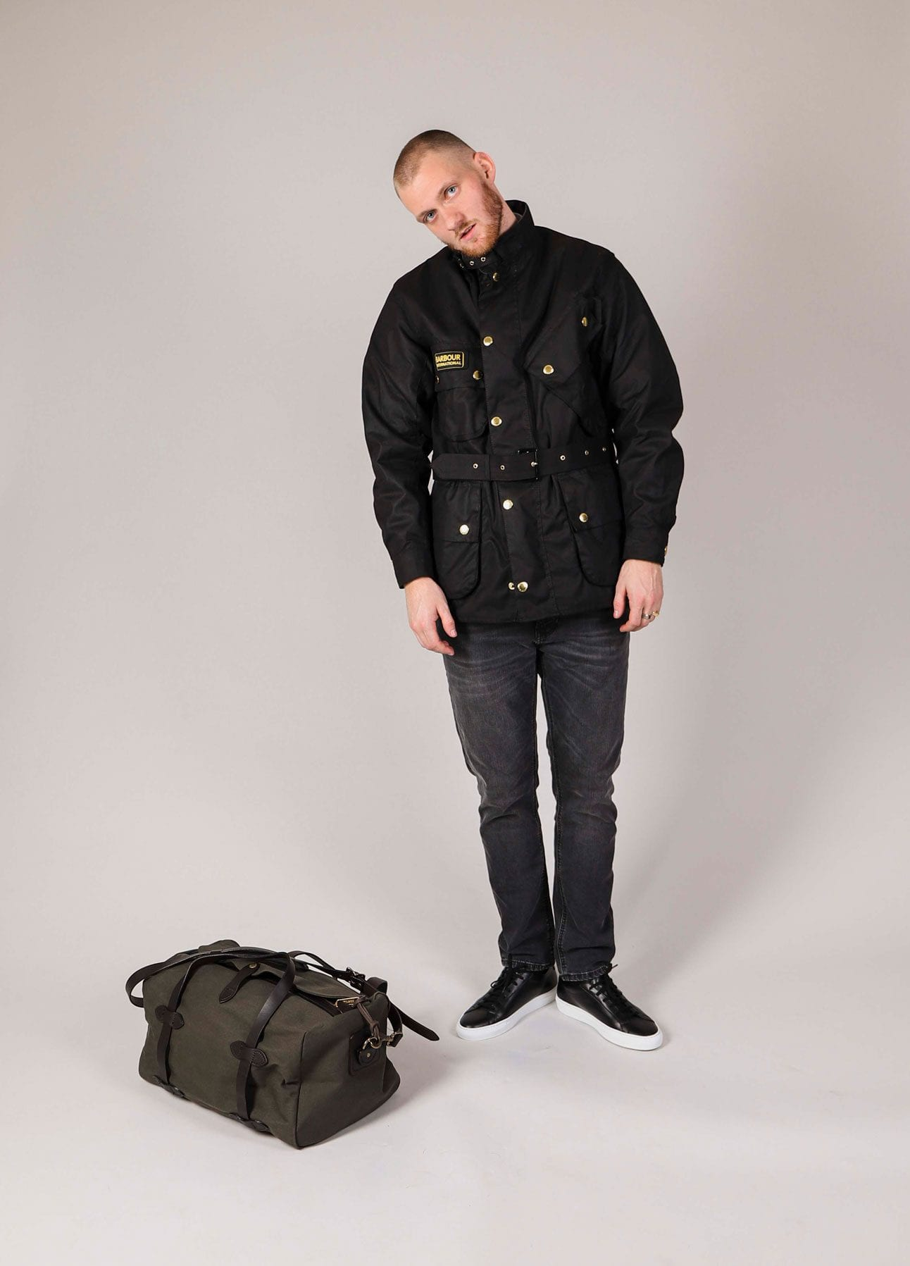 Essentials lookbook sort oilskinsjakke fra Barbour